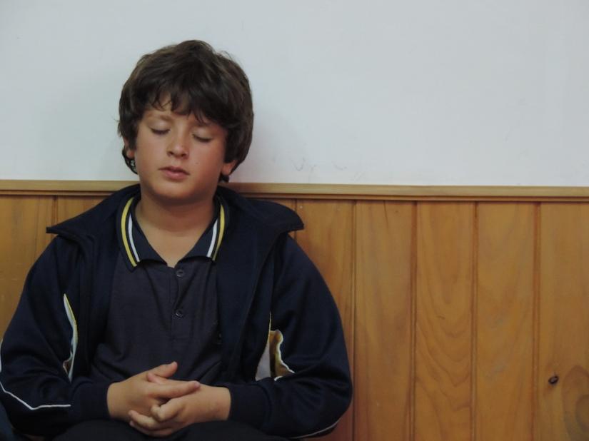 Niño meditando en Canelones