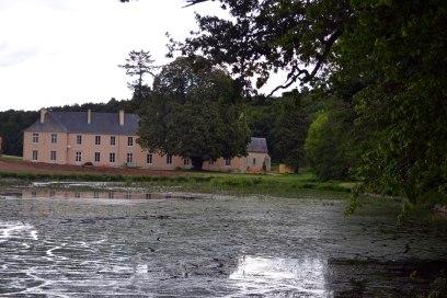 fachada con río